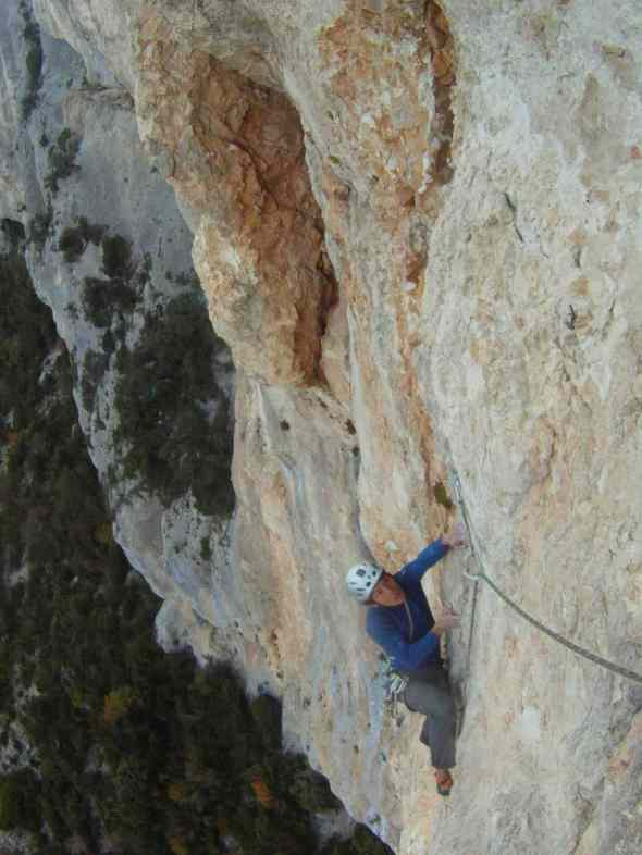 On Double Fond in Surbottes sector in Verdon. For tropical beings like us, not being in the sun usually means that its too cold and climbing with a jacket will be too cumbersome.